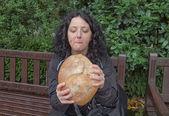 Meisje eten brood — Stockfoto