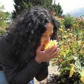 довольно брюнетка запах розы — Стоковое фото