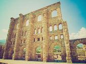 Wyglądowi retro rzymski teatr aosta — Zdjęcie stockowe