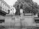 George and Elizabeth monument London — Stock Photo