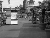 Black and white Alfresco bar in Duesseldorf — Stock Photo