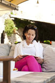 Woman reading a a fascinating book outdoor — Foto Stock