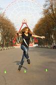 Mladá dívka kolečkové brusle v parku — Stock fotografie