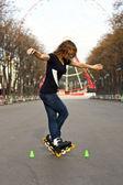 Jeune fille, patins à roulettes dans le parc — Photo
