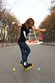 Jovem garota patins no parque — Foto Stock