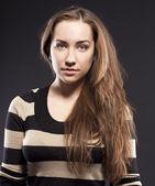 Portret kobiety, podekscytowany. długie włosy brunetka — Zdjęcie stockowe