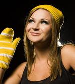 Femme blonde positive en bonnet et gants — Photo