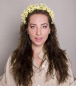 Ung kvinna med blommor. studio — Stockfoto