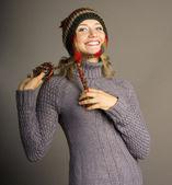 Piękna dziewczyna w zimowe ubrania. łapka — Zdjęcie stockowe