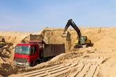 Damperli kamyon yükleme ekskavatör — Stok fotoğraf