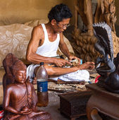 Een man maakt houten ambachten — Stockfoto