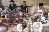 Mannen zijn het maken van houten ambachten — Stockfoto