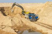 Excavador de la carga del camión volquete — Foto de Stock