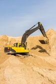 Gele graafmachine op de bouwplaats — Foto de Stock
