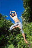年轻女子做瑜伽户外 — 图库照片