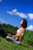 Ung kvinna gör yoga utomhus — Stockfoto