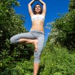 Young woman doing yoga outdoor — Foto Stock