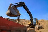 Grävmaskin laddar dumper lastbil — Stockfoto