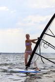 ウィンド サーフィンの女性の正面図 — ストック写真