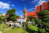 晴れた日にプーケットでワット ・ シャロン寺院タイ — ストック写真
