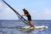Widok z boku w windsurfingu — Zdjęcie stockowe