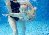 Liten pojke att lära sig att simma i en pool — Stockfoto