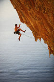 Rock climber falling of a cliff while lead climbing — Stock Photo