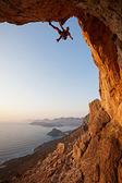 Escalador de roca en la puesta del sol, isla de kalymnos, grecia — Foto de Stock