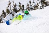 年轻男性滑雪板后落在山坡上 — 图库照片