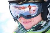 Closeup retrato de um esquiador feminino em pé numa encosta de esqui — Fotografia Stock