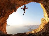 Horolezec při západu slunce. ostrov kalymnos, řecko. — Stock fotografie