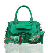 Yeşil Yaz Ayakkabı ve çanta üzerinde beyaz — Stok fotoğraf
