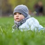 Portrait of cute little boy in park in spring — Stock Photo