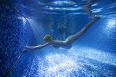 Young pregnant woman underwater in swimming pool — Stock Photo