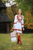 Porträtt av vacker ung kvinna i ukrainska stil kläder — Stockfoto