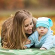 Womwith baby in autumn park — Stockfoto #34015235