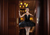 Ballerina in black tutu standing in doorway — 图库照片
