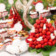 Sweet bar with cupcakes, fresh strawberries — Stock Photo