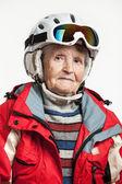 Retrato de mujer senior en casco y chaqueta de esquí — Foto de Stock