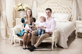 Mladá rodina s dvěma novorození chlapci — Stock fotografie