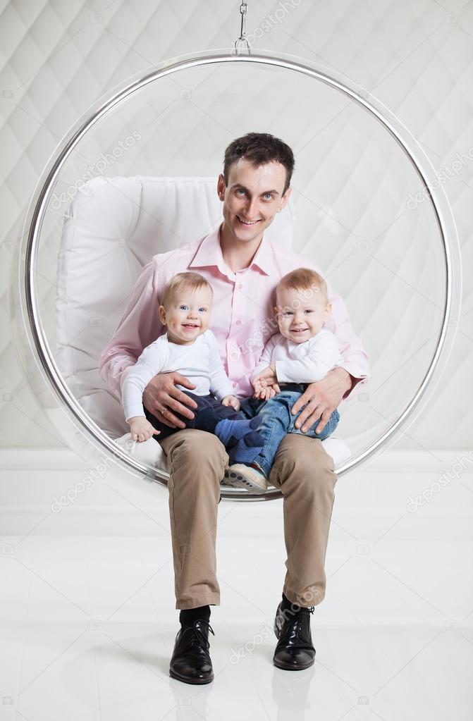Padre con dos beb s en balanceo silla colgante foto de - Silla colgante para bebe ...