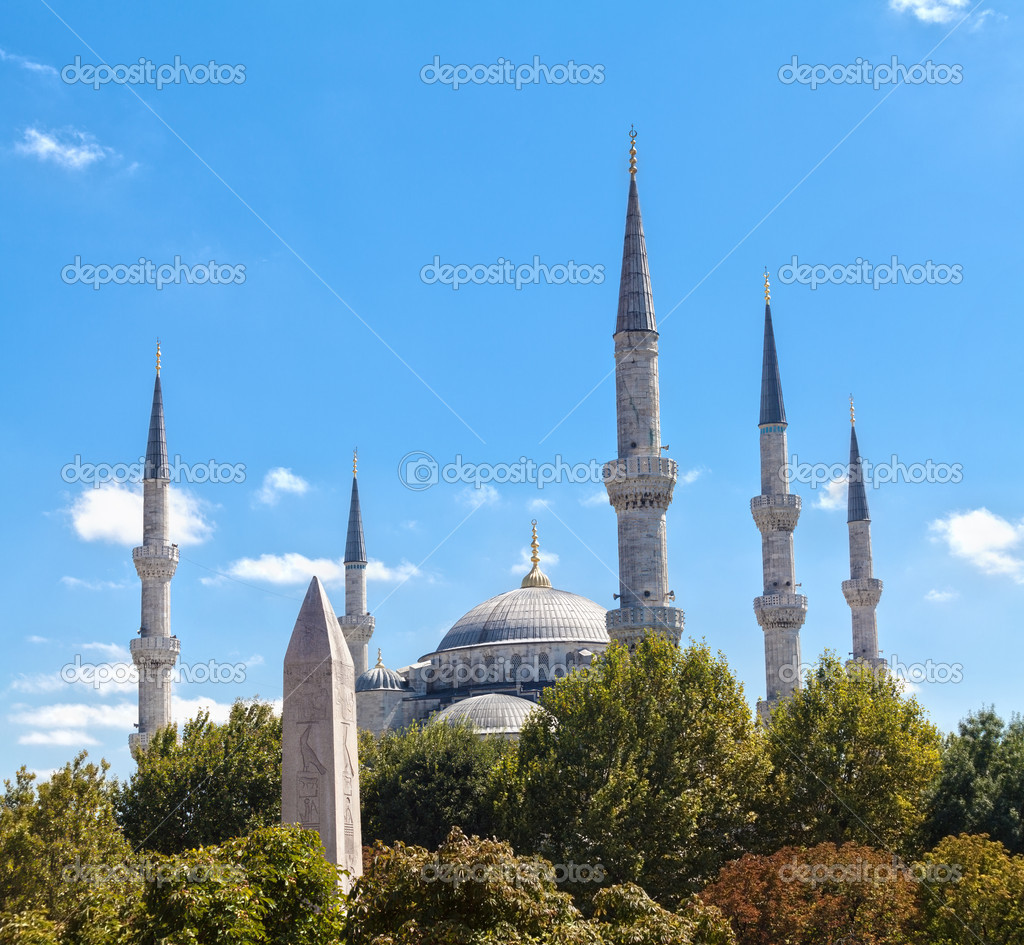 Minarets of the Blue Mosque and obelisk of Theodosius. Istambul, Turkey — Stock Photo #13437296