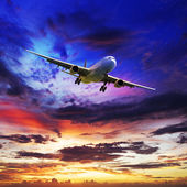 Jet plane is maneuvering for landing — Stock Photo
