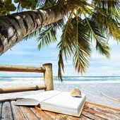 Puste książki na krześle bambusa — Zdjęcie stockowe