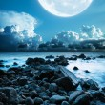 Mull moon over the rocky coast. Long exposure shot. — Stock Photo