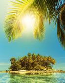 Idyllic tropical island in sunny day — Stock Photo