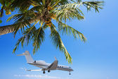 Private jet landing at the tropical resort — 图库照片
