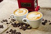 Рисунок чашки кофе перед ручной Кофемолки — Стоковое фото