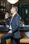 Zakenman Rookvrije sigaar naast bar stand — Stockfoto