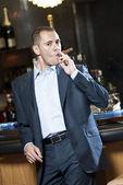 Charuto de fumar empresário próximo a barra do carrinho — Fotografia Stock